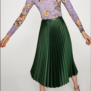 Pleated Midi Skirt in metallic green